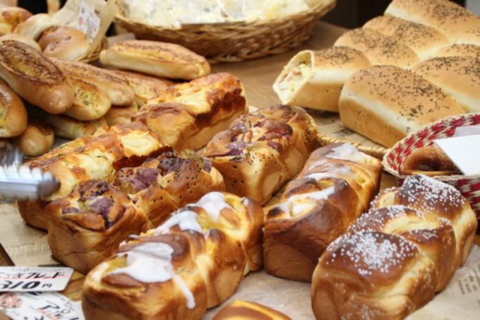 テラス席で焼きたてパンとコーヒーを。「パン工房シャルドン」