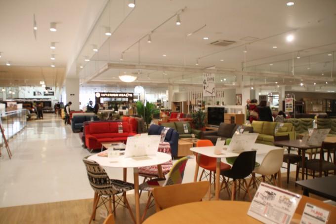 インテリア雑貨も豊富な大型家具店「マナベインテリアハーツ 川西店」