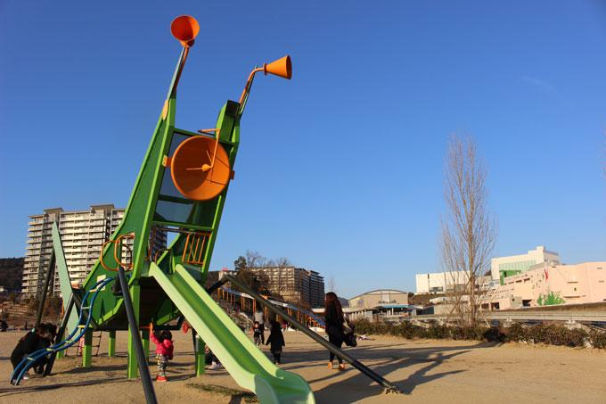 公園へ行こう!広い広場と70mのローラー滑り台「彩都西公園」