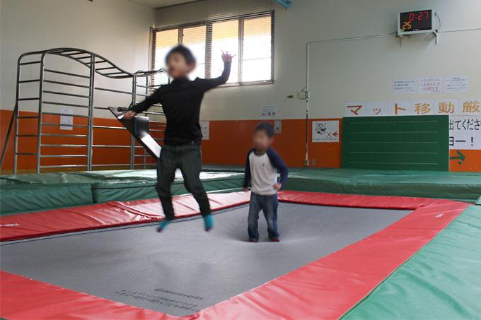 室内でおもいきり体を動かそう!大きなトランポリンができる「市民体育館」茨木市
