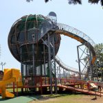 公園へ行こう!万博にある大型ローラーすべり台「やったねの木」